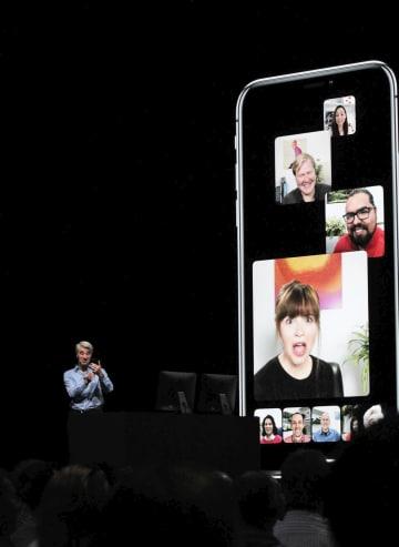 ビデオ通話アプリ「フェイスタイム」のグループ通話機能を発表する米アップル幹部=2018年6月、米サンノゼ(共同)