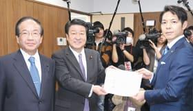 公明党道本部で稲津代表(中央)に知事選での推薦を要請する鈴木氏(右)