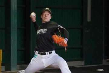 ブルペンで投球練習を行った日本ハム・吉田輝星【写真:荒川祐史】