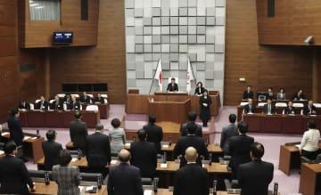 泉房穂市長の辞職に全会一致で同意した兵庫県明石市議会=2日午前