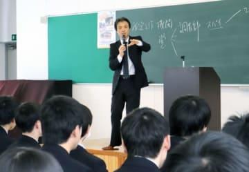 新潟産業大付属高の3年生に講演する蓮池薫さん=1日、柏崎市