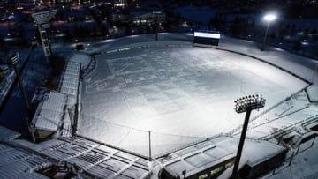 雪を踏み固めて作られた「冬の球場アート」(弘前市提供)