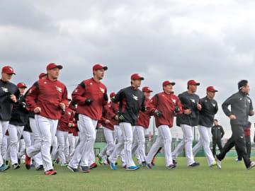 キャンプ初日からランニングで汗をかく東北楽天の選手たち=1日午前10時ごろ、沖縄県久米島町の久米島球場