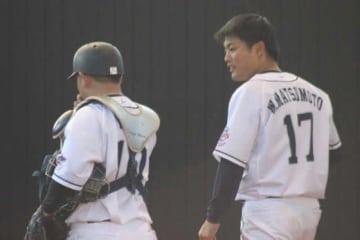 ブルペン投球後に会話を交わす西武・森友哉(左)とドラ1松本航【写真:安藤かなみ】