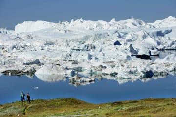 海に流れ出すグリーンランドの氷河。海面上昇を加速させると懸念されている(共同)