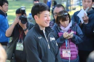 笑顔で取材に応じた日本ハムのドラ1・吉田輝星【写真:荒川祐史】
