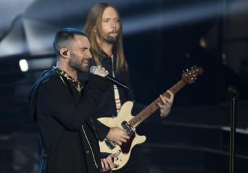 演奏する人気バンド「マルーン5」のメンバーら=2018年3月11日、米カリフォルニア州(AP=共同)