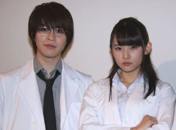 映画「リケ恋~理系が恋に落ちたので証明してみた。~」公開記念舞台あいさつに出席した浅川梨奈さん(右)と西銘駿さん