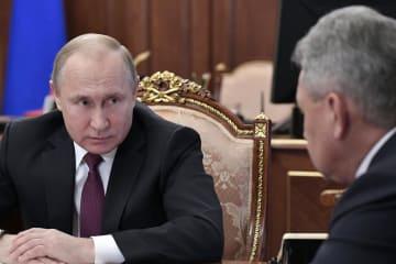 クレムリンでショイグ国防相(右)らと会談するロシアのプーチン大統領=2日、モスクワ(AP=共同)