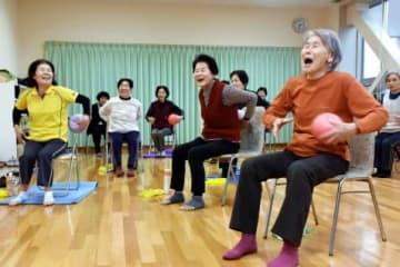 朗らかに体操を楽しむポピーグループの会員=姶良市の姶良公民館