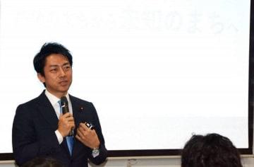 横須賀の魅力向上につながるアイデアを披露した小泉氏=2日午後、横須賀市平成町の横須賀商工会議所