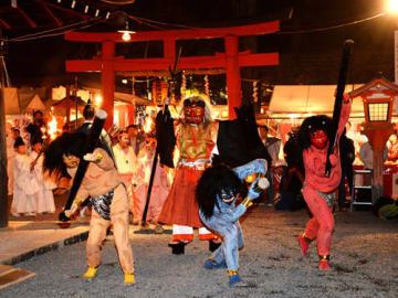 矛と盾を手にした方相氏に追われる3匹の鬼(2日午後6時18分、京都市左京区・吉田神社)