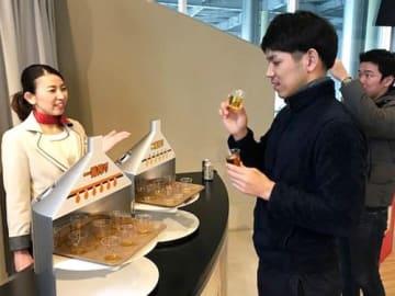 工場見学で試飲を楽しむ参加者たち(多賀町・キリンビール滋賀工場)