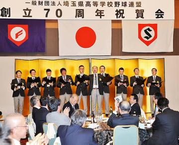 県高野連創立70周年祝賀会の締めに「今ありて」を歌う県高野連の役員=2日午後、さいたま市内のホテル