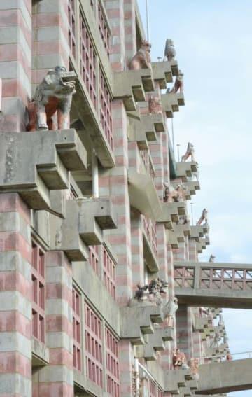 台風などの影響で劣化し、3月末までにすべて撤去される名護市庁舎のシーサー=1月31日