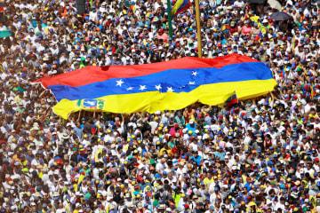 マドゥロ政権の退陣を求め、首都カラカスで行われた大規模デモ=2日(ロイター=共同)
