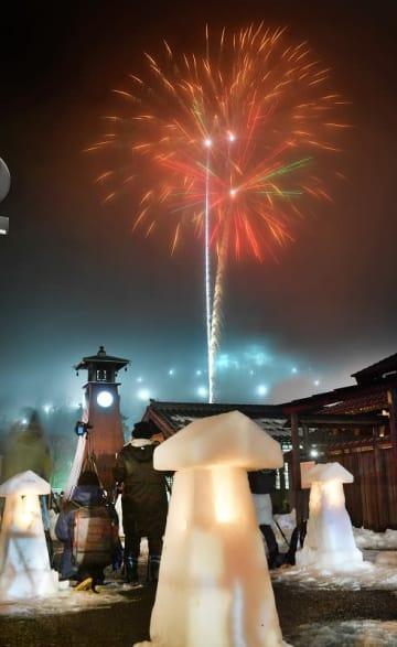 約1600発の花火が冬の夜空を彩った「結の故郷 越前おおの冬物語」=2月2日夜、福井県大野市明倫町