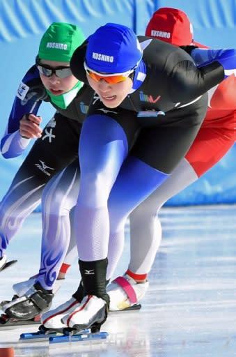 スピードスケート成年女子1500メートル決勝 スタードダッシュを決めて2位となった樋(高崎健大・中央)と、8位入賞した北海道の瀧上(高崎健大・左)=北海道釧路市・柳町スピードスケート場