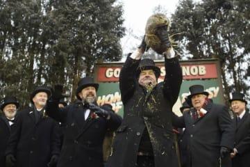 2日、米ペンシルベニア州パンクサトーニーで開かれたグラウンドホッグが春の訪れを占う伝統行事(ゲッティ=共同)