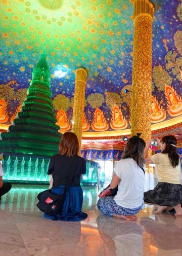 エメラルドグリーンの仏塔がインスタ映えすると人気のスポットになったパクナム寺院=バンコク