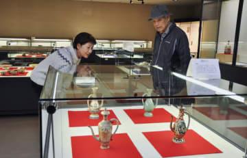 【古萬古展を鑑賞する来館者ら=四日市市安島の市文化会館常設展示室で】