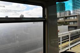 六甲ライナーで使われている特殊ガラス。「一部区間においてくもります」と記されている=神戸市東灘区内