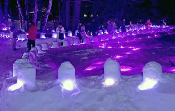 ミニかまくらの明かりで幻想的な雰囲気の奥日光湯元温泉雪まつり=2日午後6時20分、日光市湯元