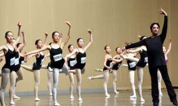 フェトン・ミオッツィさん(右)の指導を受けながら、真剣に練習に取り組む子どもたち