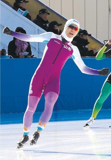 スピードスケート少年男子1500メートル決勝 初優勝し、ガッツポーズの桜井(高橋諒撮影)