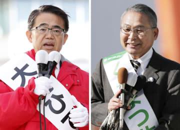 愛知県知事選で有権者に支持を訴える榑松佐一氏(右)と大村秀章氏=1月17日午前、名古屋市