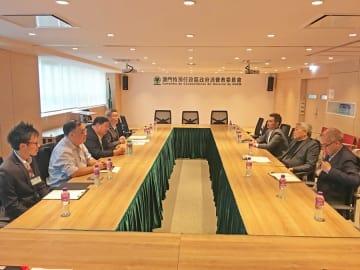 マカオ当局と飲食業界代表者らによる会談の様子(写真:マカオ消費者委員会)