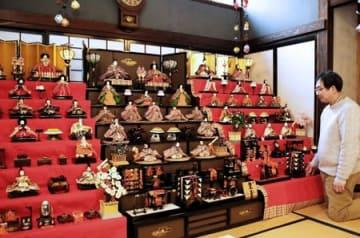 町屋ギャラリー薩摩屋に飾られたひな人形の7段飾り=新潟市秋葉区小須戸