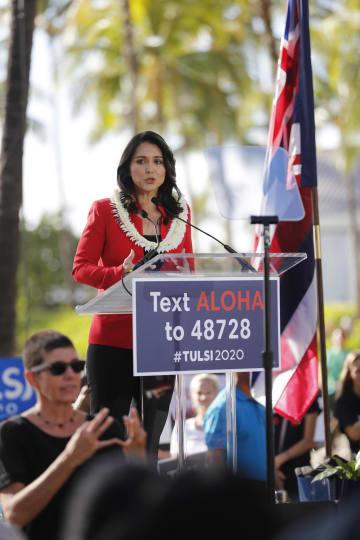 2日、米ハワイ州での集会で話す女性下院議員トゥルシ・ギャバード氏(AP=共同)
