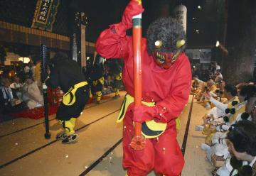 世界遺産・金峯山寺蔵王堂で鬼に豆をまく山伏ら=3日、奈良県吉野町