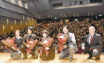 舞台あいさつした(左から)甲斐監督、永瀬さん、菜葉菜さん、井浦さん。右端は映画にも出演した山尾順紀新庄市長