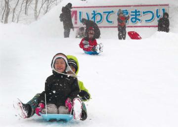 巨大滑り台などが人気を集める雪まつり=岩手高原スノーパーク