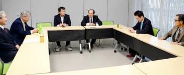 参院選福井選挙区に県内在住の40代女性を擁立するため交渉することで一致した4者協議=2月2日、福井県の福井市体育館