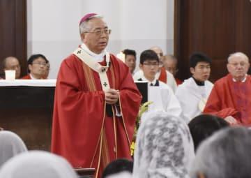 ミサで信徒らに呼び掛けるカトリック長崎大司教区の高見三明大司教=3日午後、長崎市