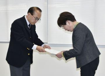 滋賀県甲賀市選管委員長(右)に最終報告書を手渡す第三者委の小島勇人委員長=3日午後、甲賀市役所