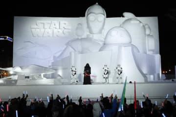 巨大雪像「白いスター・ウォーズ2019」のオープニングセレモニーの様子