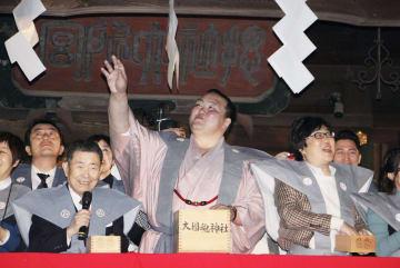 大国魂神社での豆まきに参加した元横綱稀勢の里の荒磯親方(中央)=3日午後、東京都府中市