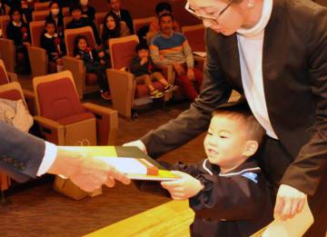 宮日ジュニア展の表彰式で賞状と記念品を受け取る特選の受賞者=3日午前、宮崎市・宮日会館