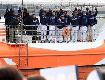 西武ライオンズの昨季パ・リーグ制覇を祝して行われた歓迎パレード=3日午前、日南市南郷町・目井津港