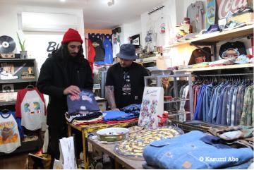ブルックリンのGrand Street Localには、毎日たくさんの人が不要になったヴィンテージを売りに来る。