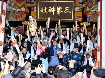 豆をまき、ごもっとも棒を突き上げる添え人や参拝客=3日午前11時45分ごろ、秩父市三峰の三峯神社