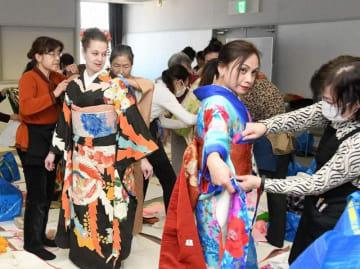 着付けを体験する来場者=横須賀市立総合福祉会館