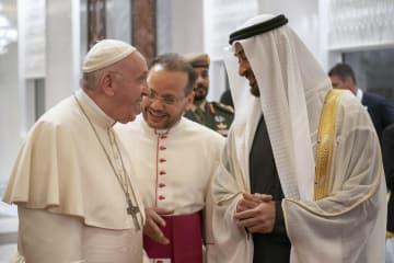 アラブ首長国連邦の首都アブダビの空港に到着したローマ法王フランシスコ(左)=3日(ロイター=共同)