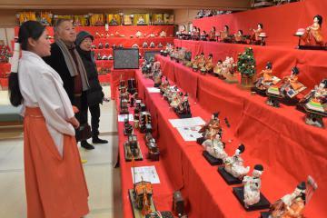 ひな人形など約600点がずらりと並ぶ展覧会=水戸市見川