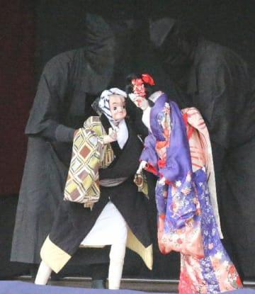 北原人形芝居保存会の挟み遣いにより上演された「日高川安珍清姫・道行の段」の一場面