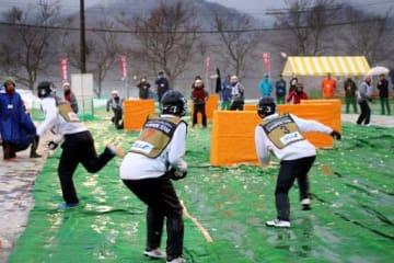 Pリーグの決勝戦で雪玉を投げ合う選手たち